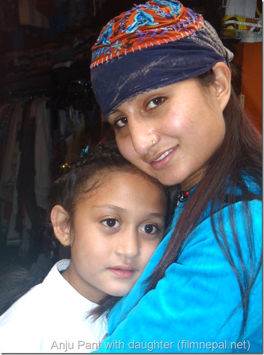 anju_pant-with-daughter