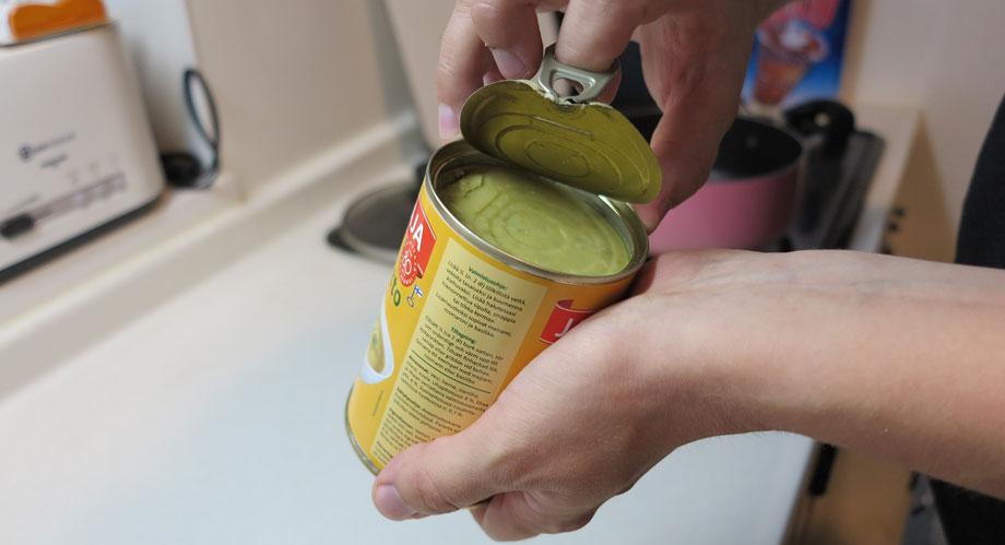 フィンランド人がこよなく愛する豆のスープの開け方。次に、缶を開ける