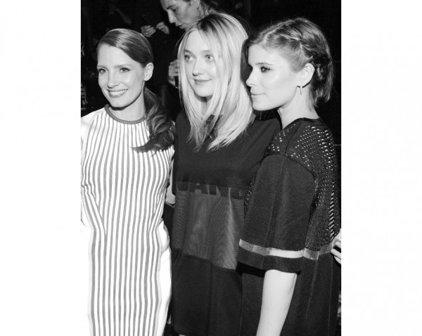 jessica_chastain_dakota_fanning_kate_mara_awxhm_226850002_north_883x
