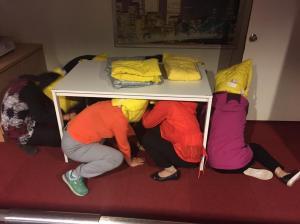 8.地震體驗戴護頭套