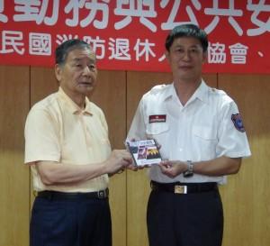 9.理事長致贈救災影片給南投縣政府消防局