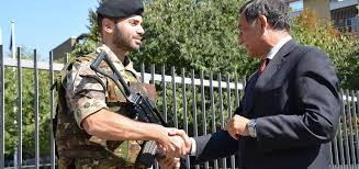 Il Sottosegretario Rossi saluta un militare in servizio