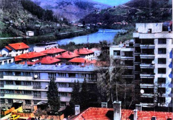 Foča 1992. - 1995. - zloglasna zgrada Lepa Brena (sasvin desno)
