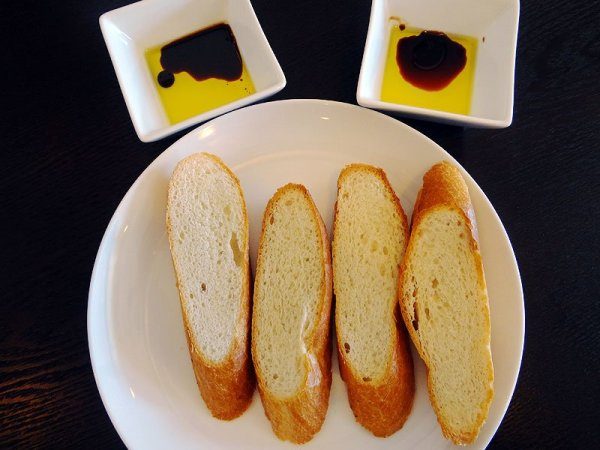 bread-olive-oil-appetizer