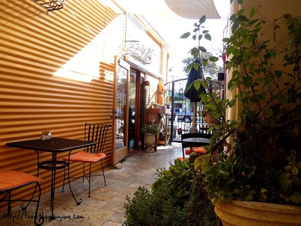 alleyway-outside-seating