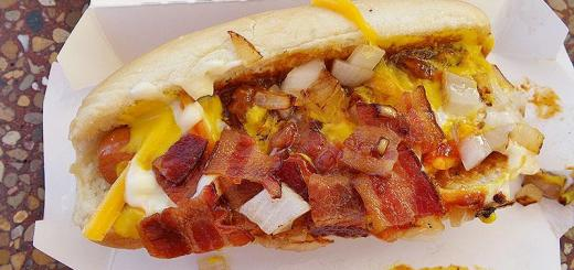 loaded-bacon-street-chili-cheese-dog-top-view