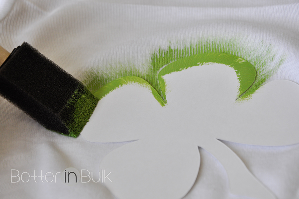 What an adorable DIY craft project for St. Patrick's Day!  This step-by-step picture tutorial will show you how to make Pinch Proof onesies (or you can make this for ANY size!). Printable shamrock stencil included!