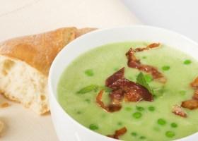 Suppentasse mit Erbsensuppe