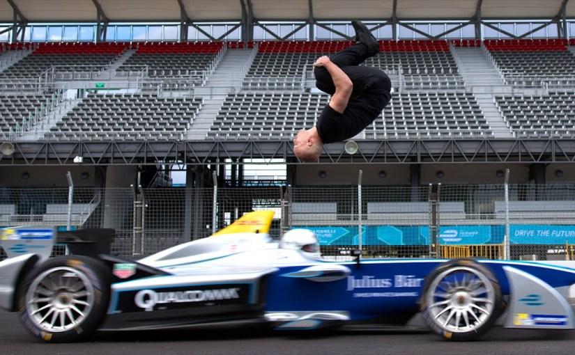 Kille gör backflip över Formula-E bil