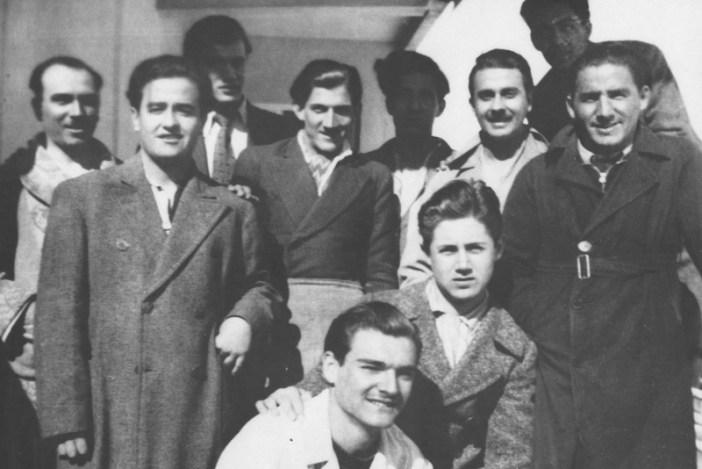 Ο ποιητής Γιάννης Ρίτσος, δεύτερος από δεξιά στο σανατόριο της Πάρνηθας