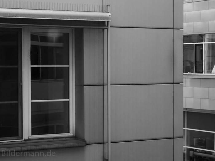 Foto: Ein Mitarbeiter des Universitätsklinikum Carl Gustav Carus Dresden am Fenster..