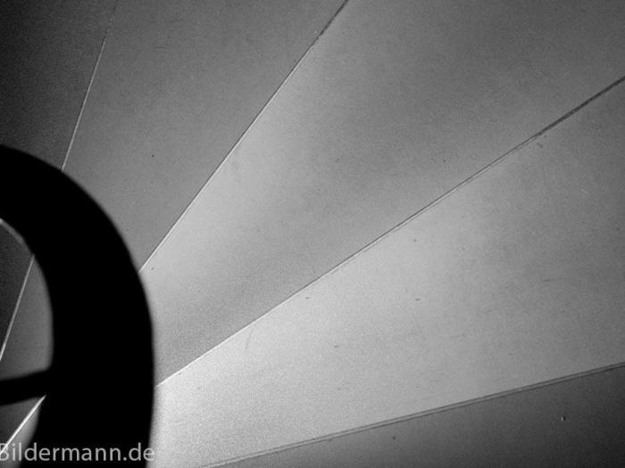 Foto: Treppenstufen und Geländer einer Wendeltreppe