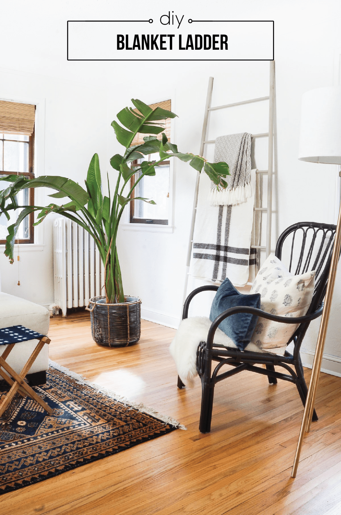 Make this blanket ladder from hardware store wood dowels! Click for all the details.