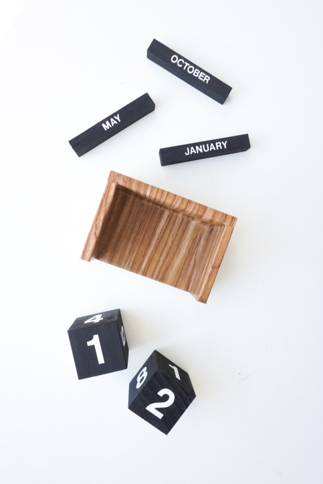 Flip Clock Style Calendar for your Desk| Francois et Moi #diy