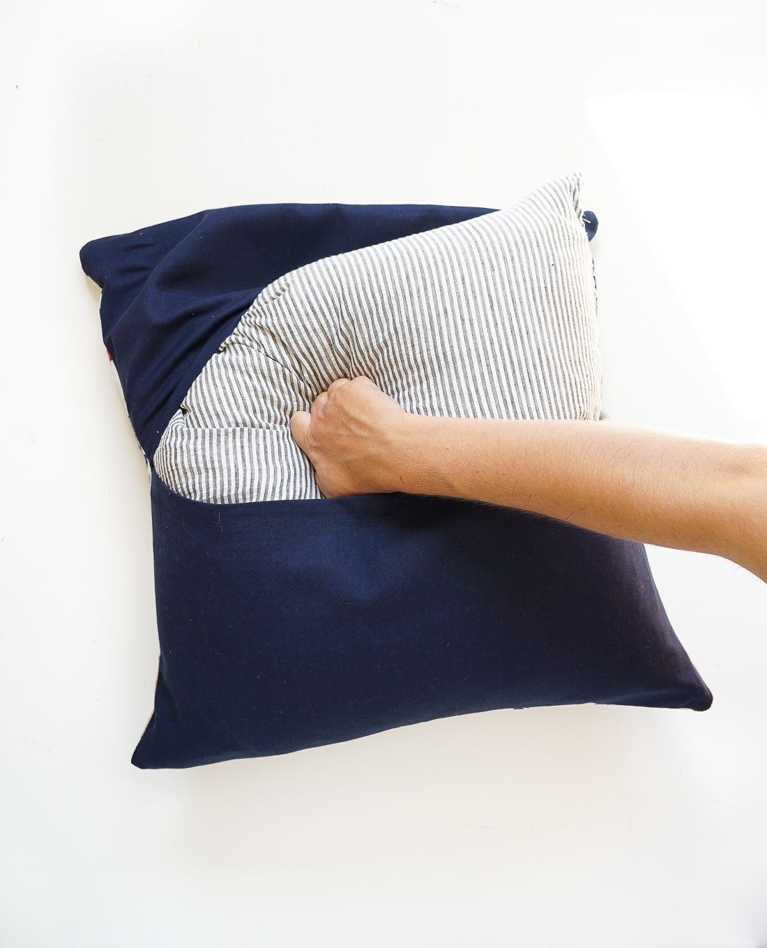 How To Make A Throw Pillow Without Sewing : The Easiest DIY Pillows EVER: No-Sew Envelope Pillows Made from Napkins - Francois et Moi