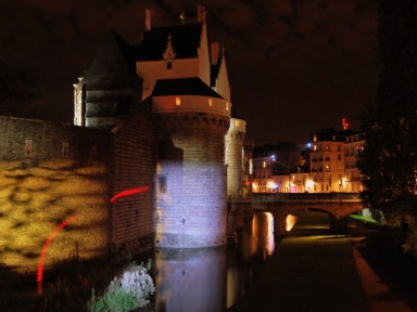 The castle at night © Crackzv8 CC BY-SA 3.0, from wikimedia common
