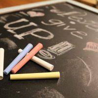 DIY: Upcycling der IKEA LUNS Schreibtafel mit FOLIA Kreidefarben, Washi-Tape und Tafelfolie #basteltipp #folia #upcycling