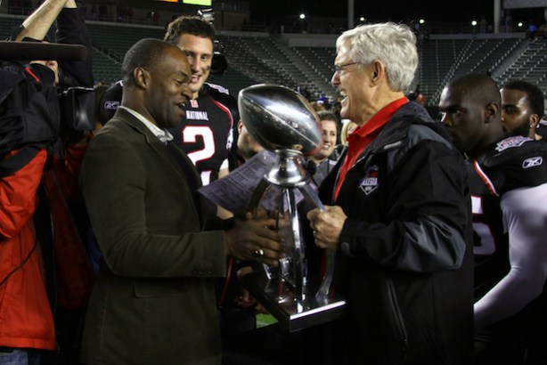 DeMaurice Smith presenting Coach Vermeil with the trophy for the National Team's win. (Kevin A. Koski/NFLPA)