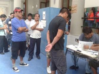 Bolivianos y bolivianas trabajan para que los compatriotas en Buenos Aires puedan ejercer su derecho al voto.