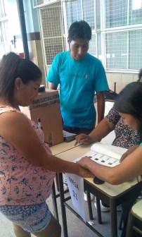 Voto asistido en la Escuela Santa María en Buenos Aires