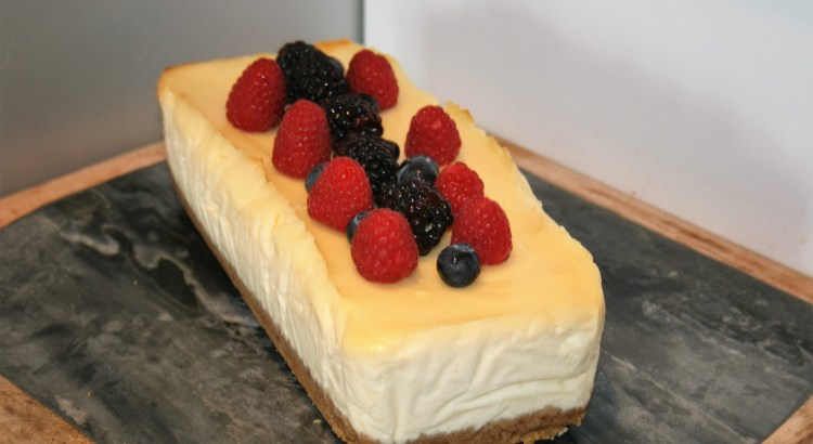 Baked vanilla cheesecake with berries