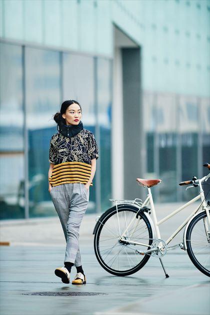 ホーブディング見えないヘルメットを街で付ける女性