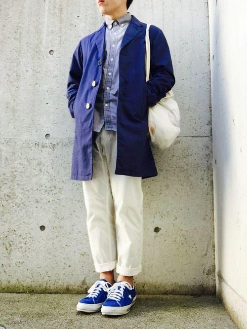 グラミチ白パンツとステンカラーコートのコーディネート