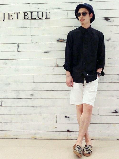 白ショートパンツと黒シャツの ...