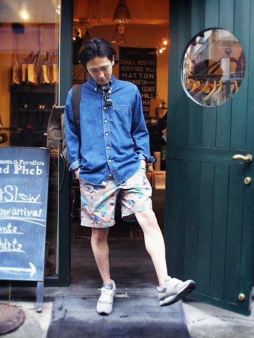 柄ショートパンツとデニムシャツのメンズコーディネート