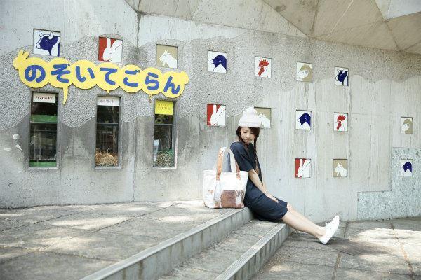 Myalka(ミャルカ)×上野動物園コラボトートバッグと女性