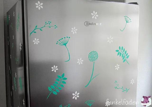 Kühlschrank neu dekorieren - Blumenmotive aus Folie