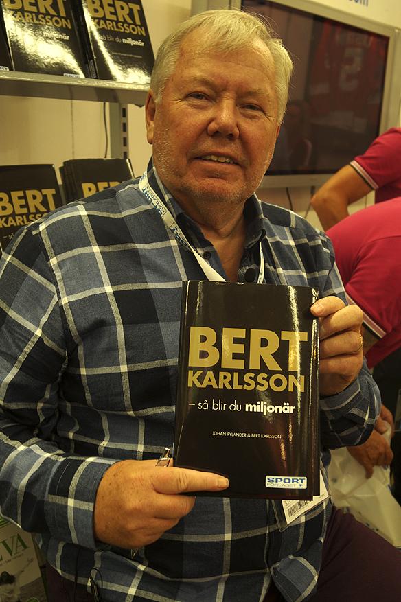 """Bert Karlsson visar stolt upp sin nya bok """"Bert Karlsson – så blir du miljonär"""" på bokmässan i Göteborg 2016. Foto: Peter Ahlborg"""