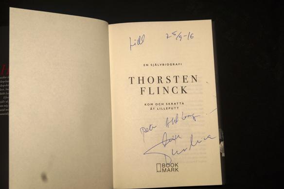 Thorsten Flink gav bort en signerad bok till Peter Ahlborg under Bokmässan 2016. Foto: Peter Ahlborg
