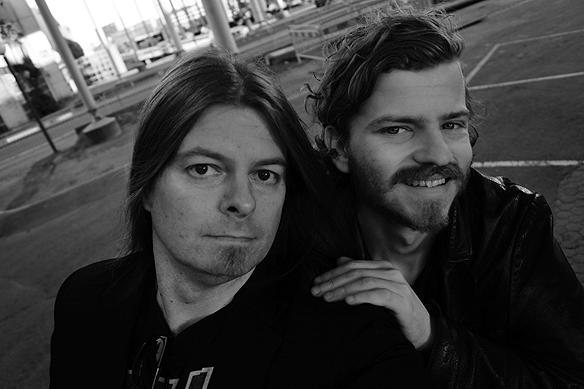 Peter Ahlborg och gode vännen och fotografen Charlie Källberg under Götaälvbron där fotosession gjordes. Foto: Peter Ahlborg