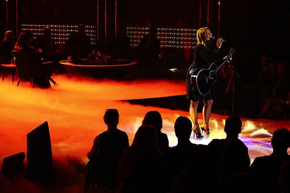 """Charlotte Perrelli sjunger live i Bingolotto med låten """"Höstens sista blomma"""". Foto: Peter Ahlborg"""