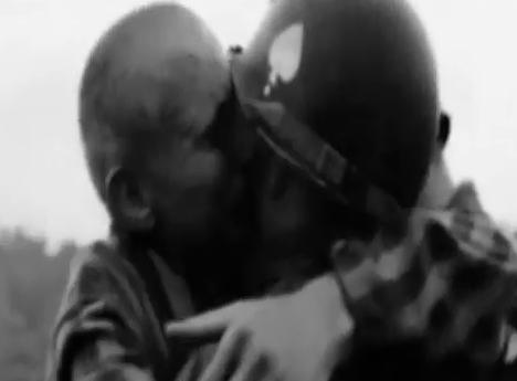 Un prigioniero abbraccia un soldato russo