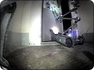 Un robot PakBot de fabricación estadounidense abre una puerta dentro del reactor de la unidad tres durante una inspección a la Planta Nucleoeléctrica de Dai-ichi en Fukushima, noreste de Japón. La imagen corresponde al domingo 17 de abril de 2011. El robot es de control remoto por radio y puede ingresar en zonas peligrosas para los humanos en la instalación, la cual fue averiada por el tsunami posterior al sismo de marzo en Japón. (AP foto/Tokyo Electric Power Co.)