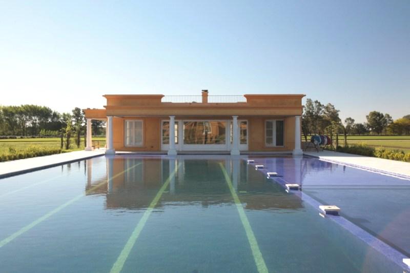 Дом с колоннами в испанском колониальном стиле в Аргентине