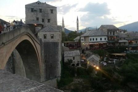 Jembatan Mostar Bosnia, saksi bisu pembantaian Muslim Bosnia. (Dok. Ahmad Muharrom).