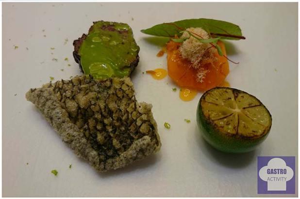 Rojo marmolado y papaya. Salsa de pescado y clorofila como condimento. Corteza de raya