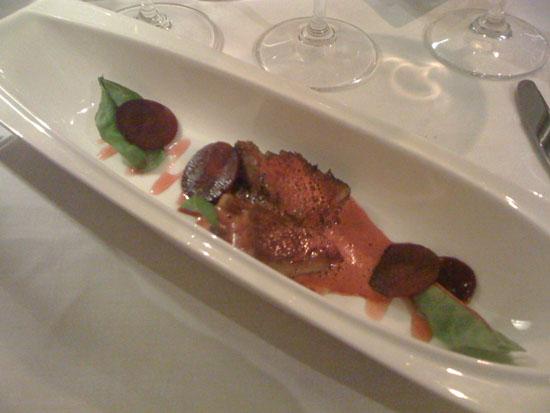 Stegt foie gras serveret med langtidsbraiseret svinebryst