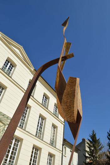 """Hôtel particulier du Carré des Coignard à Nogent sur Marne. """" Figure humaine """" une sculpture de François Gaulier, H : 2m80, acier et bronze"""