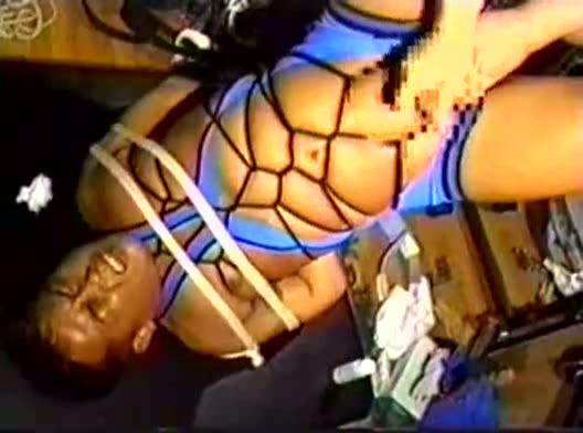 【ゲイ動画】竹刀がアナルに突き刺さるほどの激しいSMプレイで徹底調教!ガチムチ、クマ系の男たちが亀甲縛りで拘束され、ペニス、アナルをいじられまくりでアヘ顔悶絶!