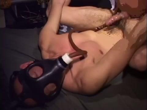 【ゲイ動画】ガスマスクにふんどし、拘束プレイで身体を殴打されてSM風の異様な光景が…!亀頭攻めに悶絶しまくり、極太ディルドを挿入されて、さらにペニスはギンギンに!