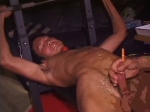【ゲイ動画】ローションでペニスをしごかれて悶絶しちゃう超敏感なペニスの持ち主の筋肉系イケメン!アナルだけでなく尿道までゴム管を挿入され、穴という穴を犯され…!