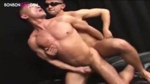 【ゲイ動画】筋肉マッチョのイケメンを男たちがガン掘りアナルセックスで一気に攻め立てる…!喘ぎ声も絶え絶えながら、アナルで巨根やディルドを受け止め、アヘ顔で我慢できず…