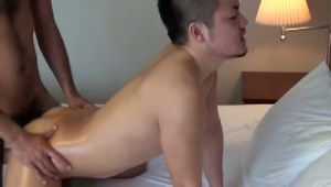 【ゲイ動画】タマもはみ出すほどの激エロTバックをはいている筋肉系のイケメン!男に体中を愛撫され、「すげぇ!」の連発…毛深いおしりの奥にあるアナルは可愛い色と形!