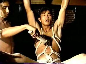 【ゲイ動画】筋肉系男子たちの性欲の形は今も昔も変わらず!一昔前の筋肉系男子が亀甲縛りをされムチで叩かれまくるSMをしたり、玄関開けたらすぐに襲われてしまったり…