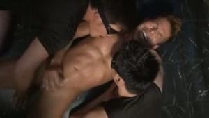 【ゲイ動画】筋肉系のイケメンたちが複数の男たちのペニスをしゃぶり、アナルを犯され喘ぎ声と獣のような悲鳴が響き渡る!言葉攻めされてさらに快感を高ぶらせ…!