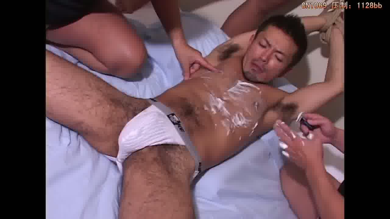 【ゲイ動画】ヒゲも体毛も立派な渋めの筋肉系クマイケメンの両腕を拘束し、ムダ毛を剃毛してしまう男たち!亀甲縛り、さらにはリバセックスでバリタチを制圧してオナホールで…!